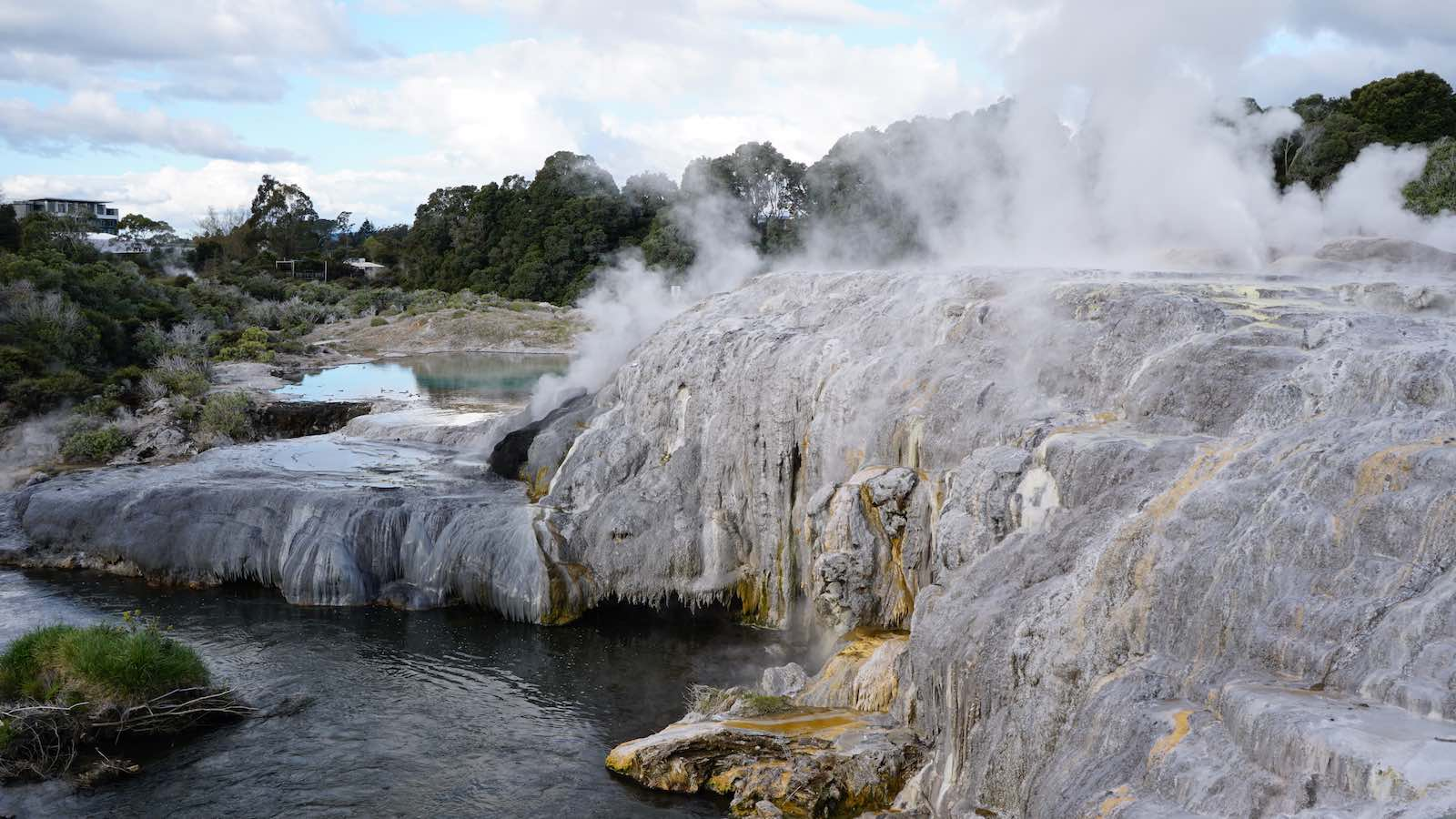 Also some interesting landscapes with gysers and steam spewing out of rock features