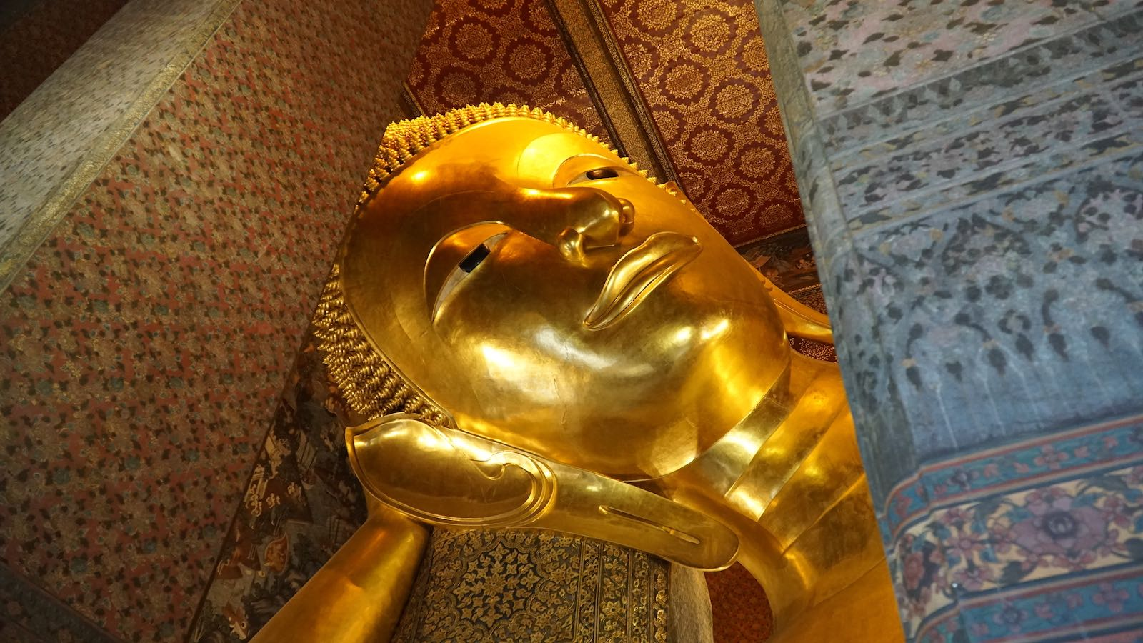 After the hectic sunrise by the riverbanks I went over to another temple complex called Wat Pho. Saw this giant golden super relaxed reclining Buddha who instantly became one of my role models in life.